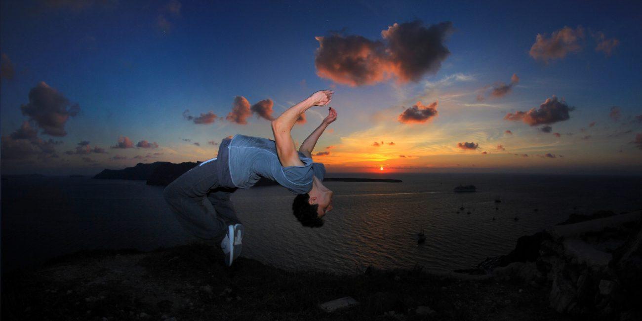 Patrick Peter Freerunning Athlet Backflip Sonnenuntergang Santorini