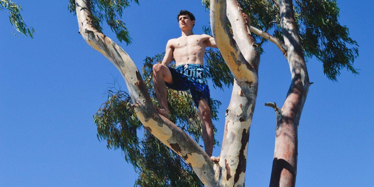 Patrick Peter Model Oberkörper frei Baum