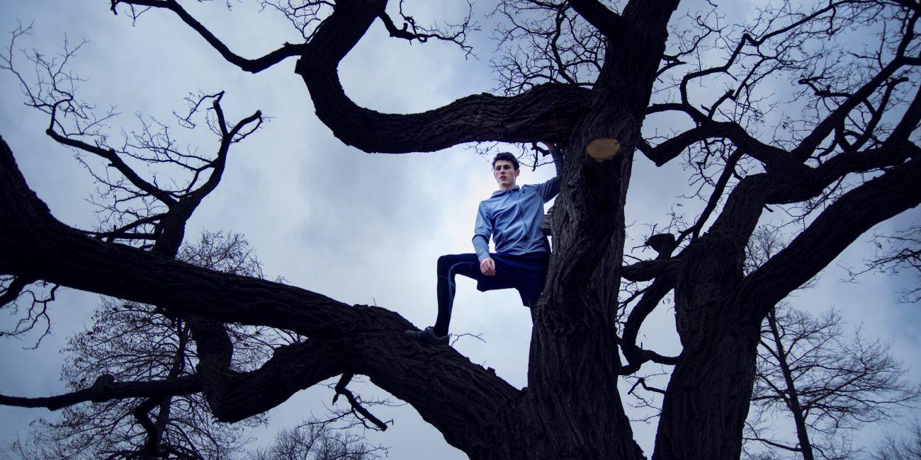Patrick Peter Sport Parkour Athlet Baum stehend